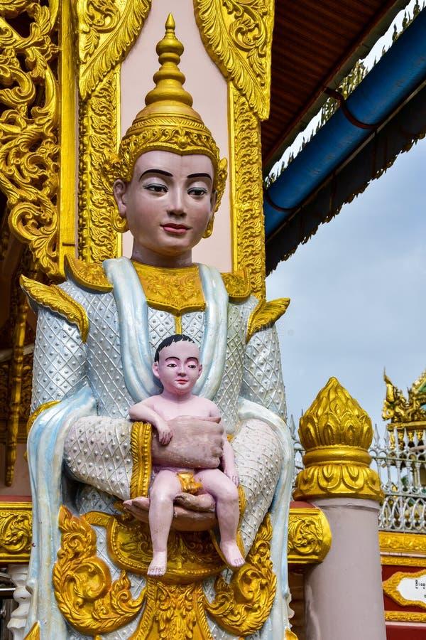 Statua del bambino della tenuta della statua della dea del Myanmar fotografie stock libere da diritti