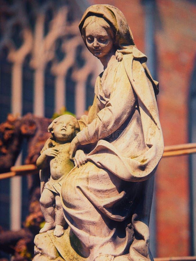 Statua del bambino e di Madonna immagini stock
