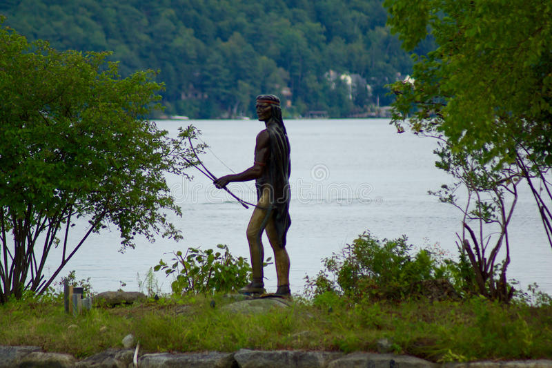 Statua del bronzo del cacciatore del nativo americano immagini stock