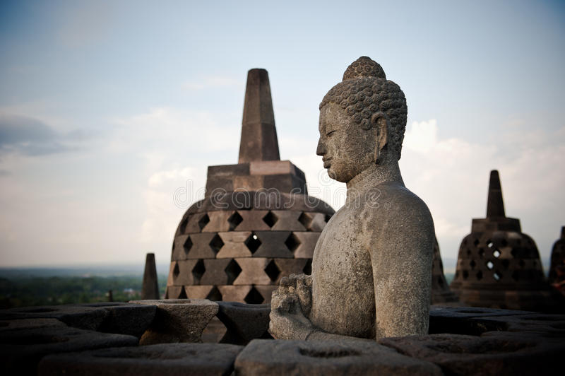 Statua del Buddha al tempiale di Borobudur, Java, Indonesia fotografia stock libera da diritti