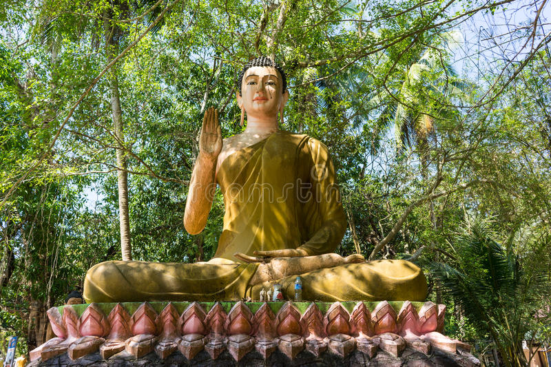 Statua del Buddha nella foresta immagine stock libera da diritti