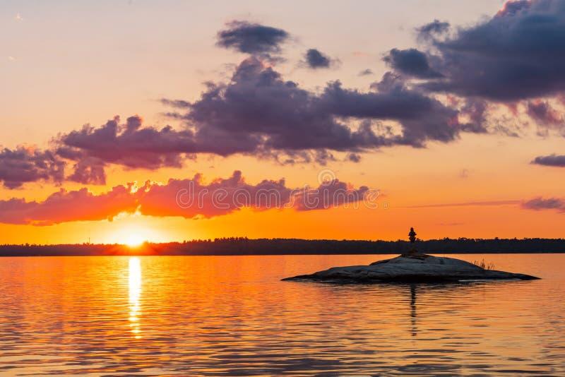 Statua del cairn sull'isola della roccia in lago piovoso immagine stock libera da diritti
