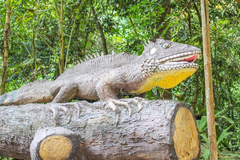 Statua del camaleonte alle cascate di Phlio o a Namtok Phlio immagini stock libere da diritti
