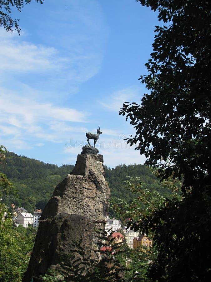 Statua del camoscio sopra la città della stazione termale di Karlovy Vary immagini stock