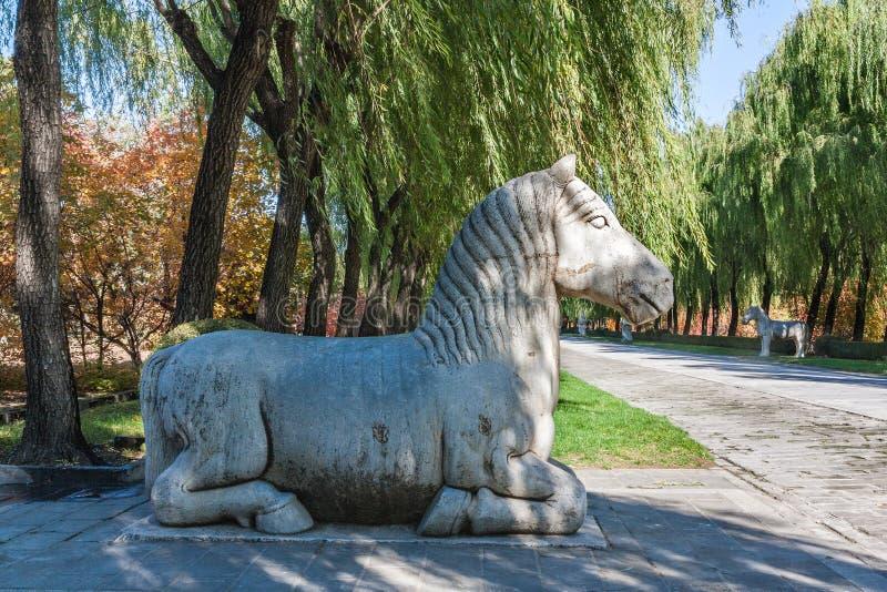 Statua del cavallo di inginocchiamento su Ming Dynesty Tomb Alley antico fotografia stock libera da diritti