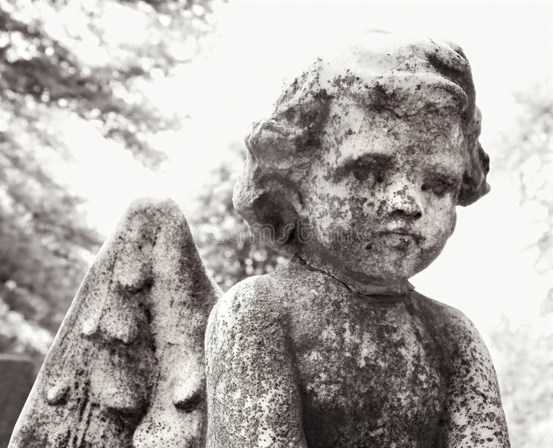 Statua del Cherub in cimitero fotografia stock libera da diritti