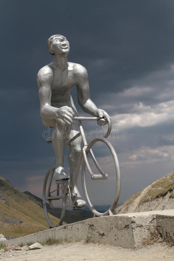 Statua del ciclista al passo du Tourmalet fotografia stock