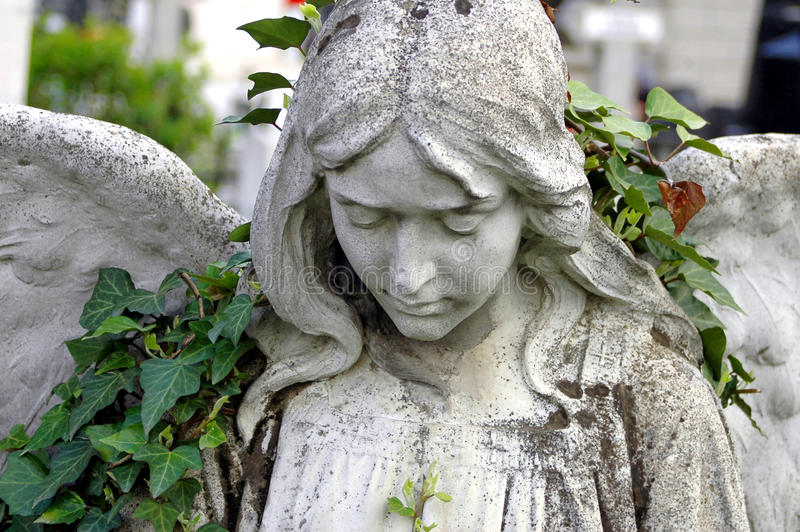 Statua del cimitero di un angelo immagine stock