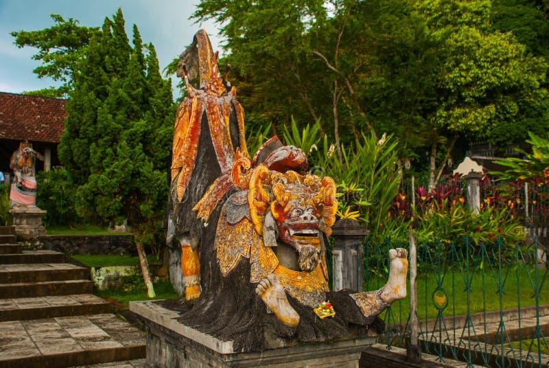 Statua del demone al palazzo dell'acqua di Tirta Gangga, Bali, Indonesia fotografia stock