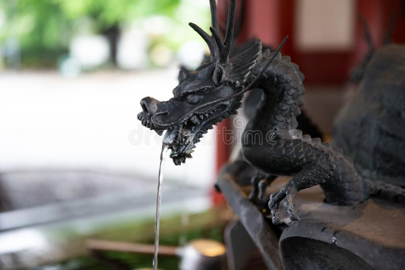 Statua del drago che spruzza l'acqua fotografia stock libera da diritti
