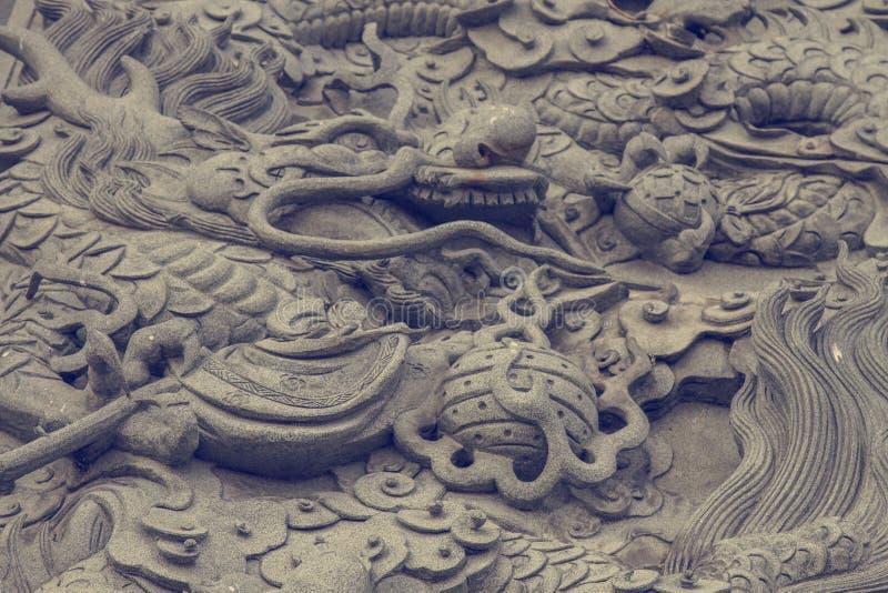 Statua del drago sulla parete cinese del tempio di taoism fotografia stock libera da diritti