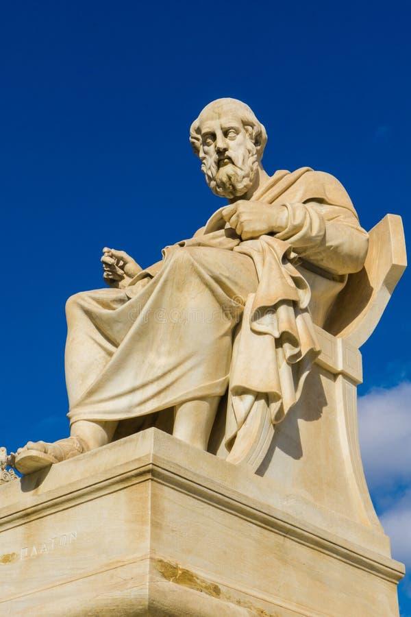 Statua del filosofo Plato del greco antico nell'accademia di Atene in Grecia fotografia stock libera da diritti