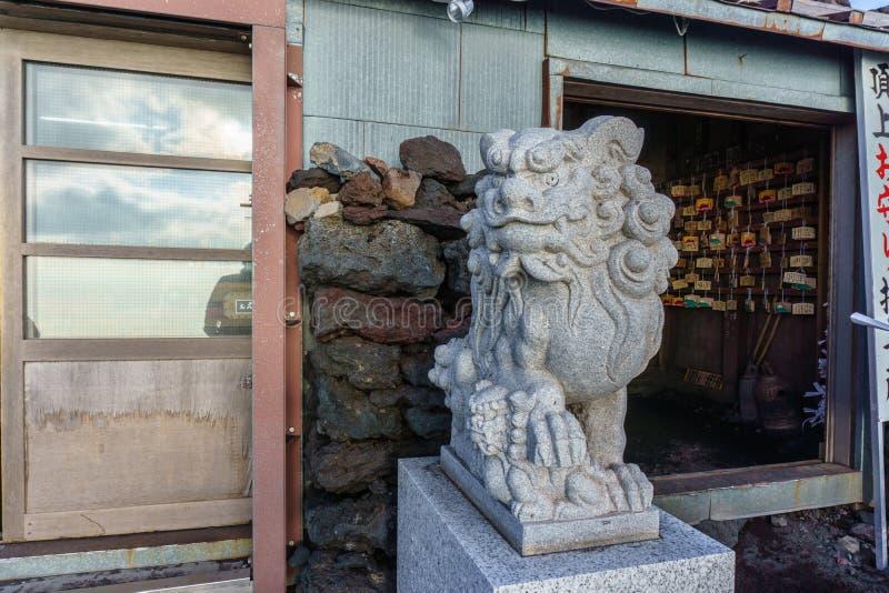 Statua del guardiano del leone-cane di Komainu del santuario shintoista di Kusushi sul fotografie stock libere da diritti