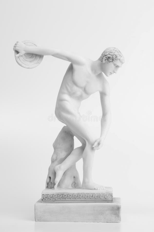 Statua del lanciatore di disco su un fondo bianco fotografie stock