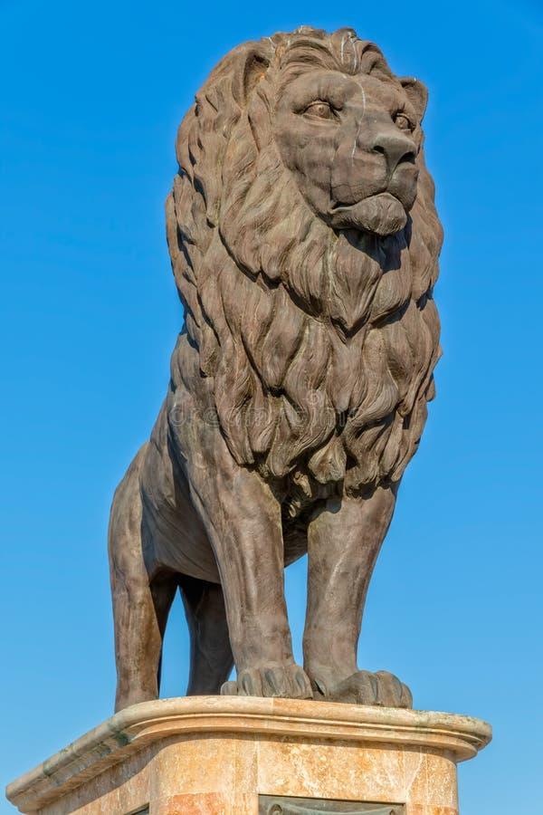 Statua del leone del ponte di Skopje immagini stock libere da diritti