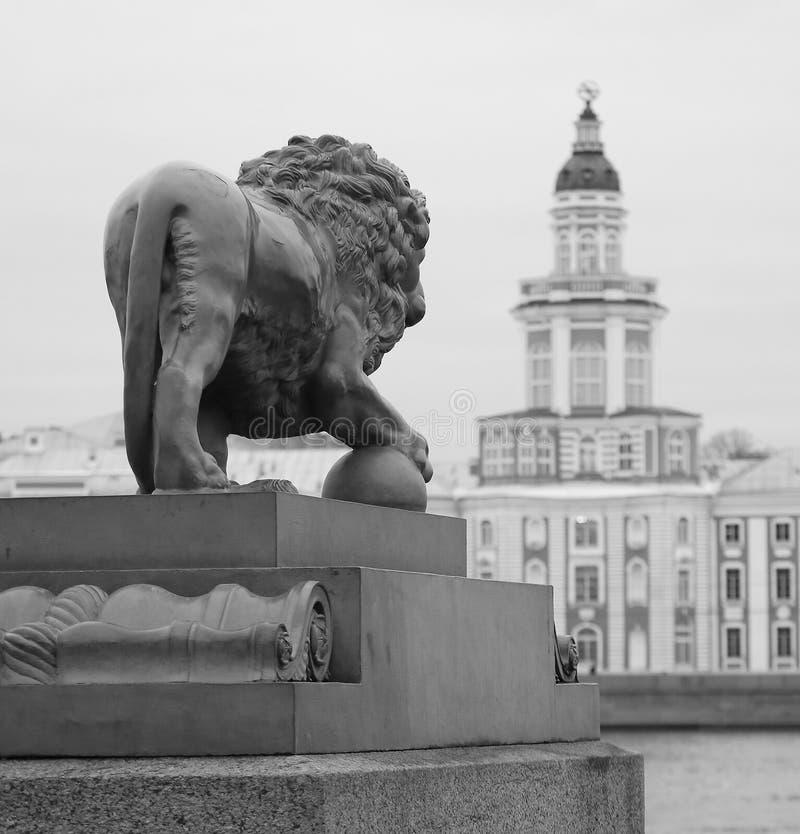 Statua del leone della guardia immagini stock