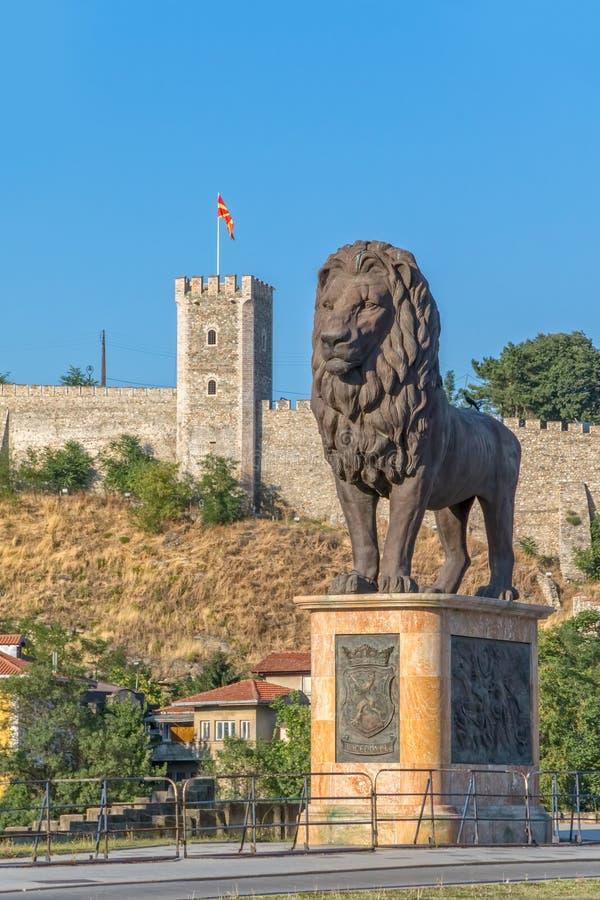 Statua del leone di Skopje immagine stock