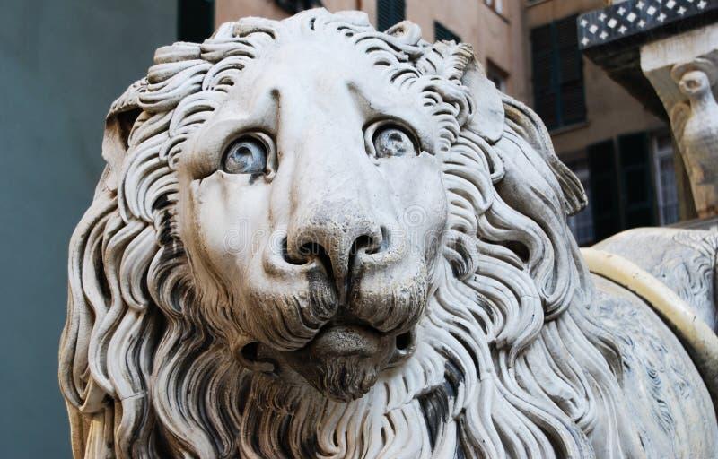Statua del leone a Genoa Cathedral di Saint Lawrence, Italia fotografia stock
