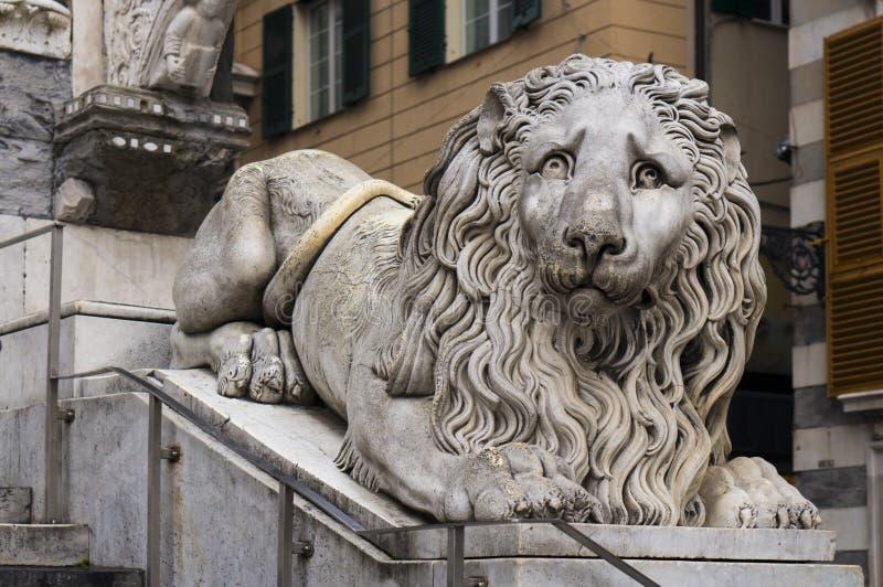 Statua del leone nella cattedrale di San Lorenzo a Genova, Italia immagine stock