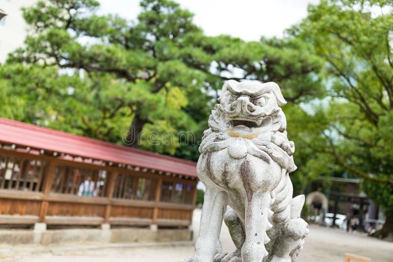 Statua del leone in tempio giapponese fotografia stock libera da diritti