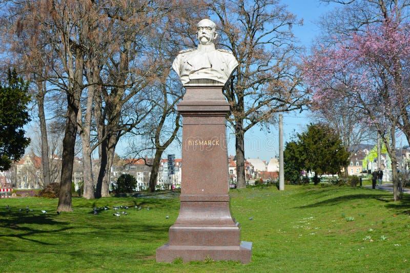 Statua del monumento del busto del politico Otto von Bismarck nel centro urbano di Heidelberg fotografie stock libere da diritti
