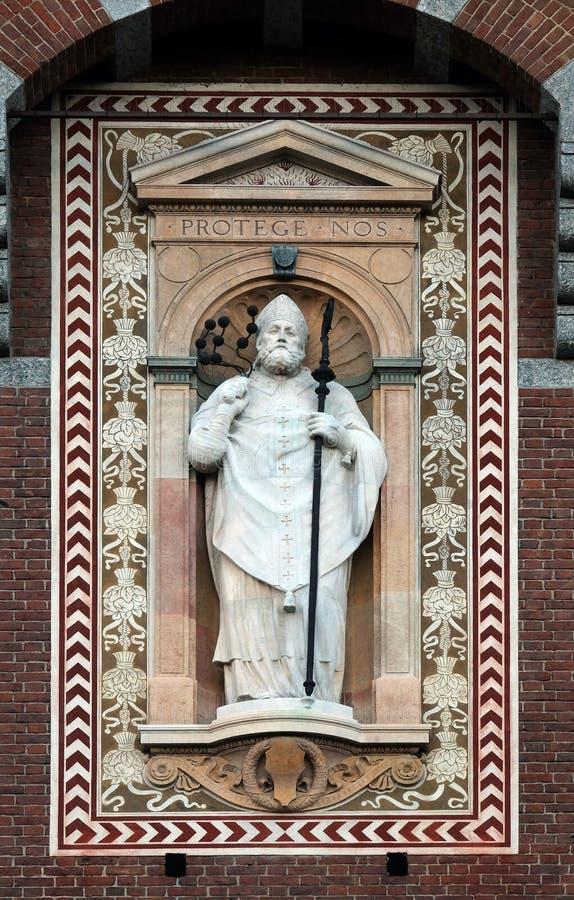 Statua del patrono di Sant ?Ambrogio Saint Ambrose della citt? di Milano fotografia stock libera da diritti