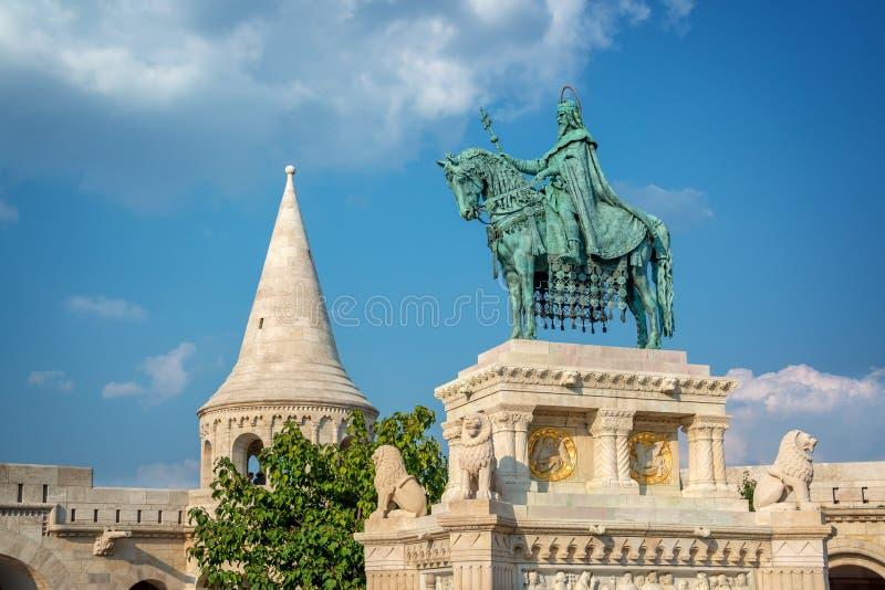 Statua del ` s di St Stephen al bastione del ` s del pescatore a Budapest Ungheria fotografia stock