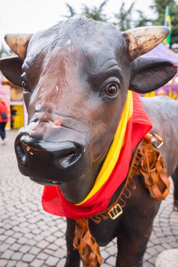 Statua del ` s del toro con una bandiera spagnola fotografia stock libera da diritti