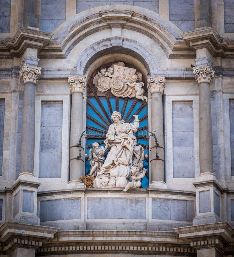 Statua del san Agatha sulla facciata del duomo di Catania La Sicilia, Italia immagine stock libera da diritti