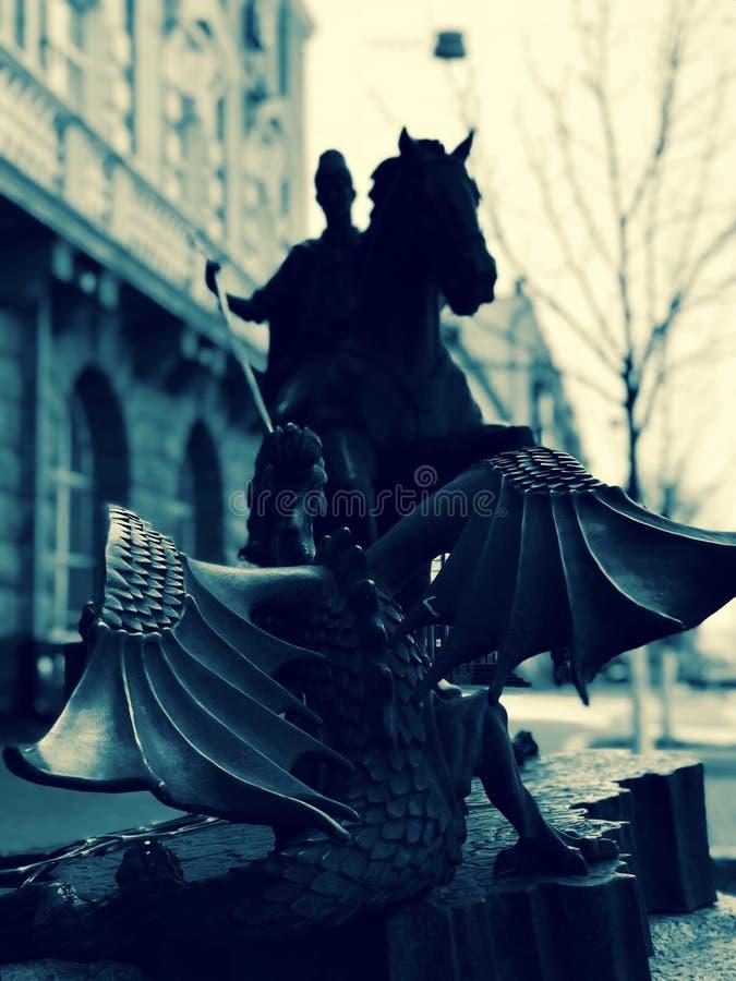 Statua del san George Slaying un drago nel cuore di Kiev - KIEV - l'UCRAINA fotografie stock