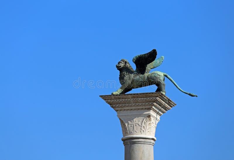 statua del simbolo alato del leone della città di Venezia in Italia immagini stock