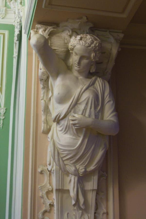 Statua del soffitto sostenente della cariatide fotografia stock