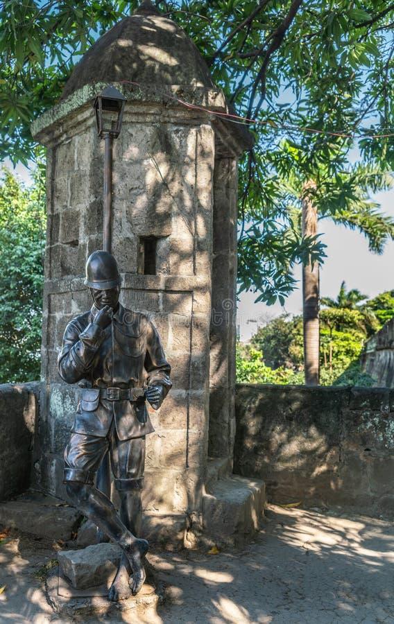 Statua del soldato al posto di guardia a Fort Santiago, Manila Filippine immagini stock libere da diritti