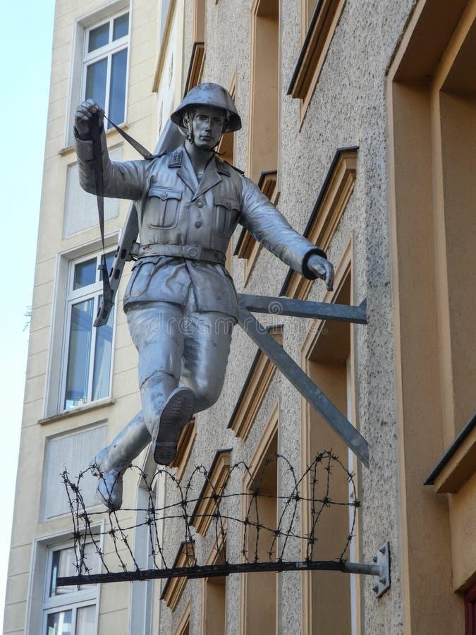 Statua del soldato Conrad Schumann fotografia stock libera da diritti