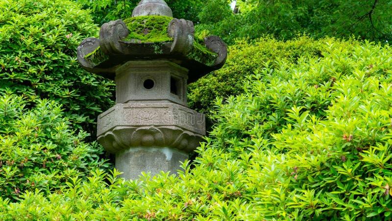 Statua del tempio circondata di natura fotografia stock libera da diritti