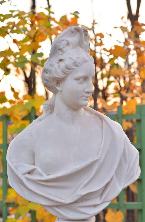 Statua dell'allegoria dell'abbondanza nel giardino di estate fotografia stock
