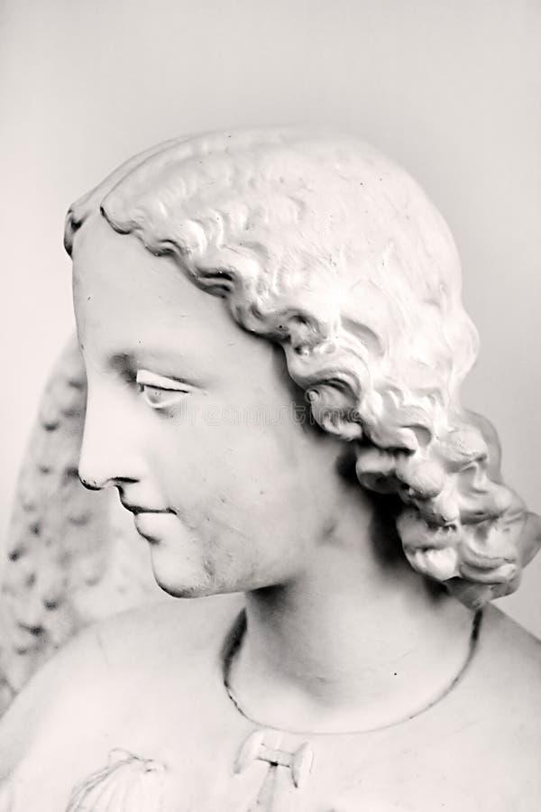 Statua dell'angelo dentro la chiesa cattolica del monastero immagini stock libere da diritti