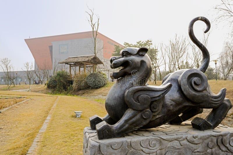 Statua dell'animale dal mito cinese antico il giorno di molla soleggiato immagini stock