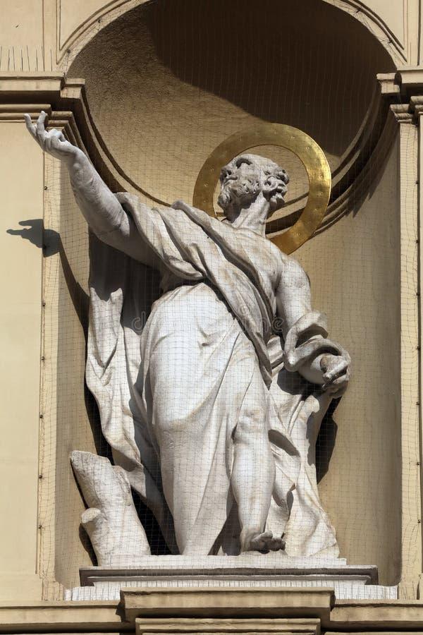 Statua dell'apostolo, chiesa di St Peter a Vienna fotografie stock