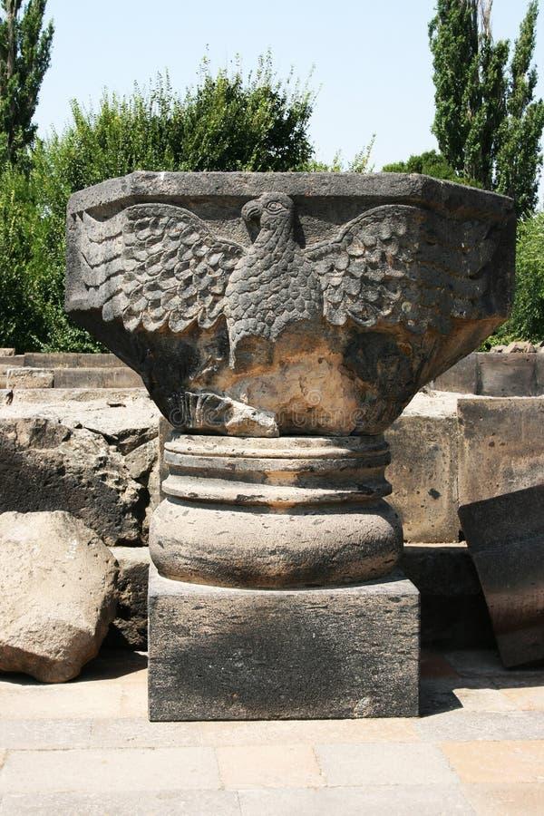 Statua dell'aquila in rovine della cattedrale di Zvartnots immagine stock libera da diritti