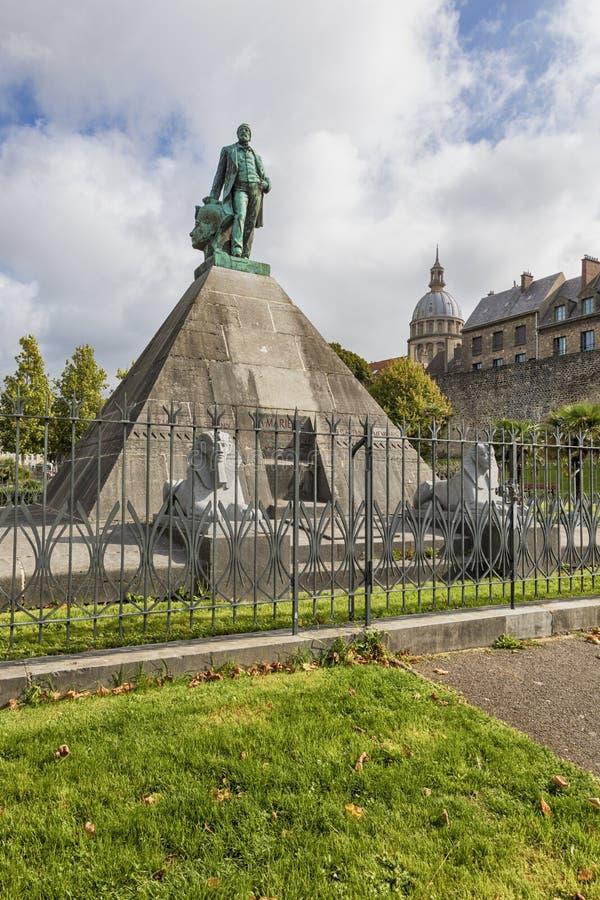 Statua dell'egittologo Auguste Mariette sulla piramide a Boulogne-s fotografie stock libere da diritti
