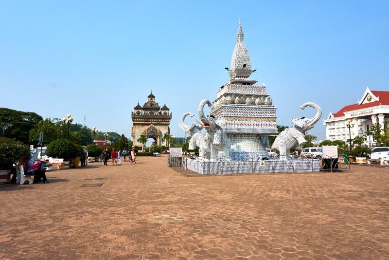 Statua dell'elefante dalle tazze e dai piatti accanto al punto di riferimento di Patuxai Victory Monument The One Attractive dell immagine stock libera da diritti