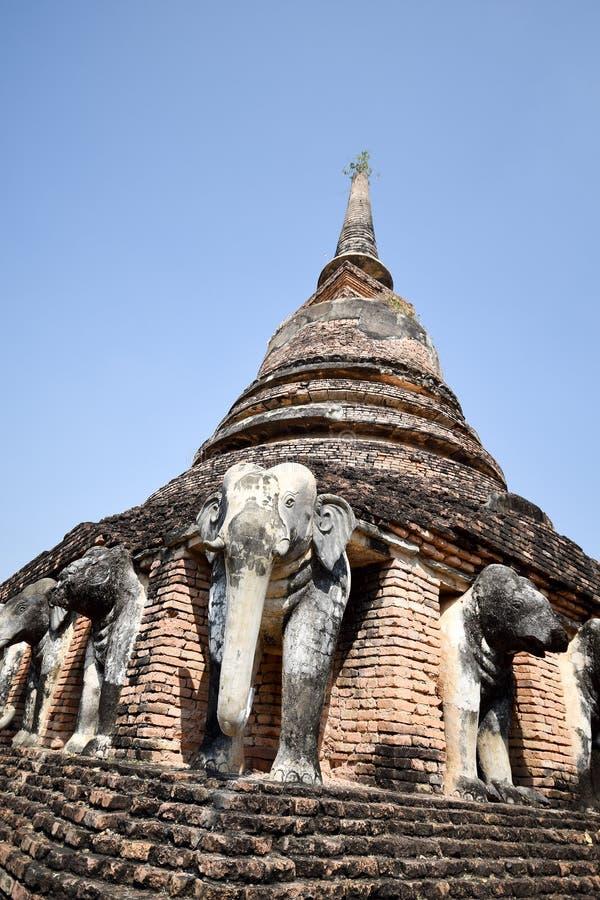 Statua dell'elefante intorno alla pagoda al tempio di Wat Chang Lom, Sukhotha fotografia stock