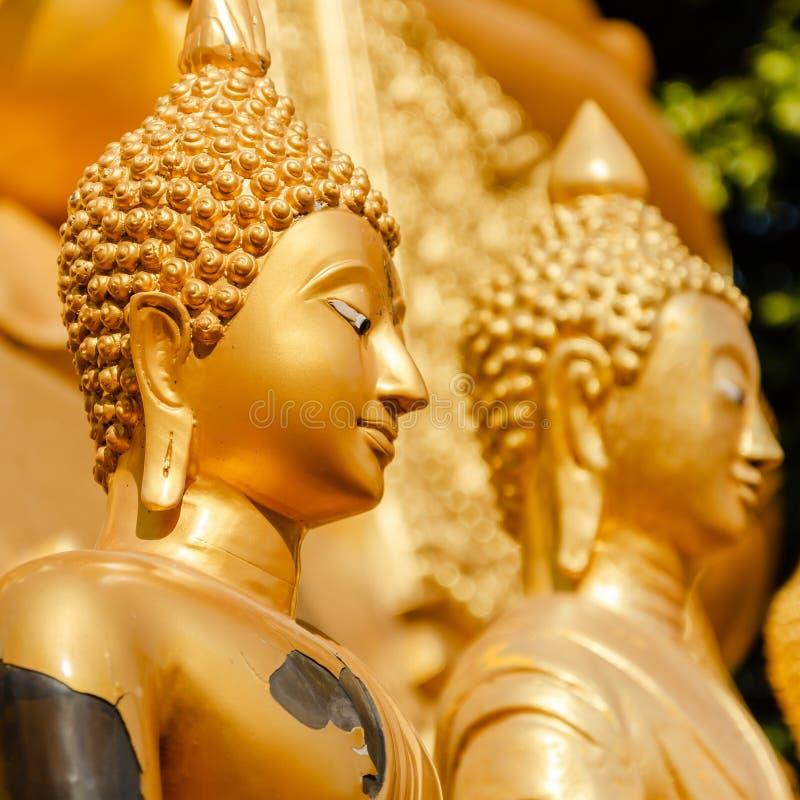 Statua dell'oro di Buddha in Mae Sot, Tailandia. fotografie stock libere da diritti