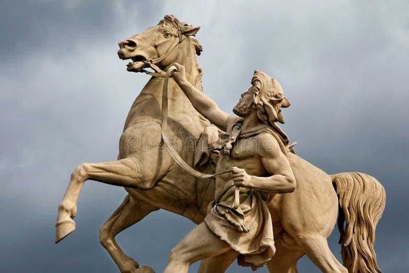 Statua dell'uomo e del cavallo fotografie stock libere da diritti