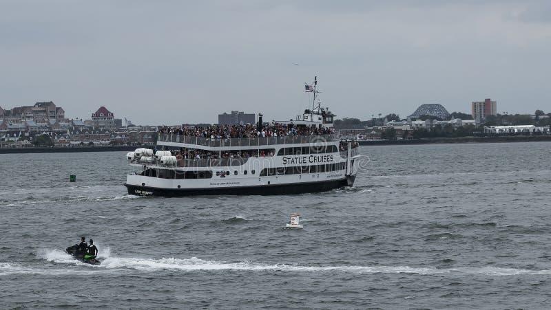 Statua della barca di Liberty Cruise in pieno a capacità immagini stock