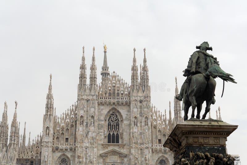 Statua della cattedrale e del cavallerizzo di Milano fotografie stock libere da diritti