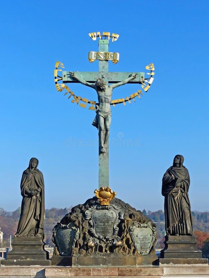 Statua della croce e del calvario santi su Charles Bridge a Praga immagine stock