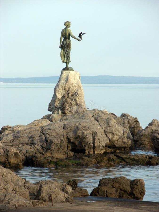 Statua della donna con il gabbiano in Opatija in Croazia fotografia stock