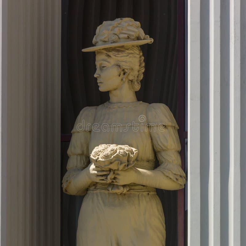 Statua della donna fuori del ministero degli affari esteri a Skopje immagine stock libera da diritti